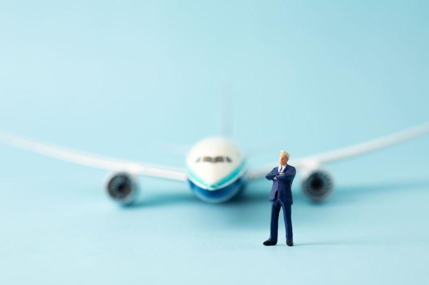 飛行機とビジネスマンの模型